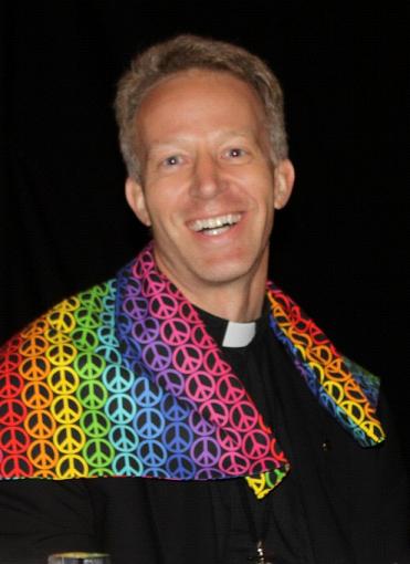IL NUOVO VESCOVO DI PENSACOLA-TALLAHASSEE (FLORIDA) AMA LE FOTO SCHERZOSE. ANCHE CON LO SCIALLE LGBT.